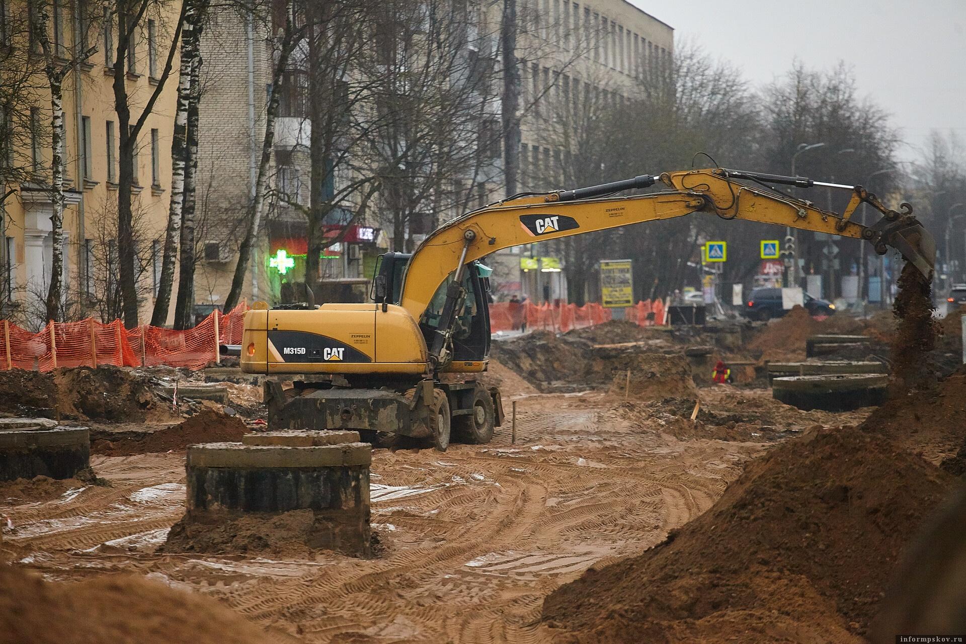 Всего в 2020 году в Пскове будет отремонтировано 18 улиц, одна площадь, два моста и путепровод, тротуары вдоль восьми улиц и на мосту Александра Невского, два проезда и пять дворов. Фото: Дарья Хваткова.