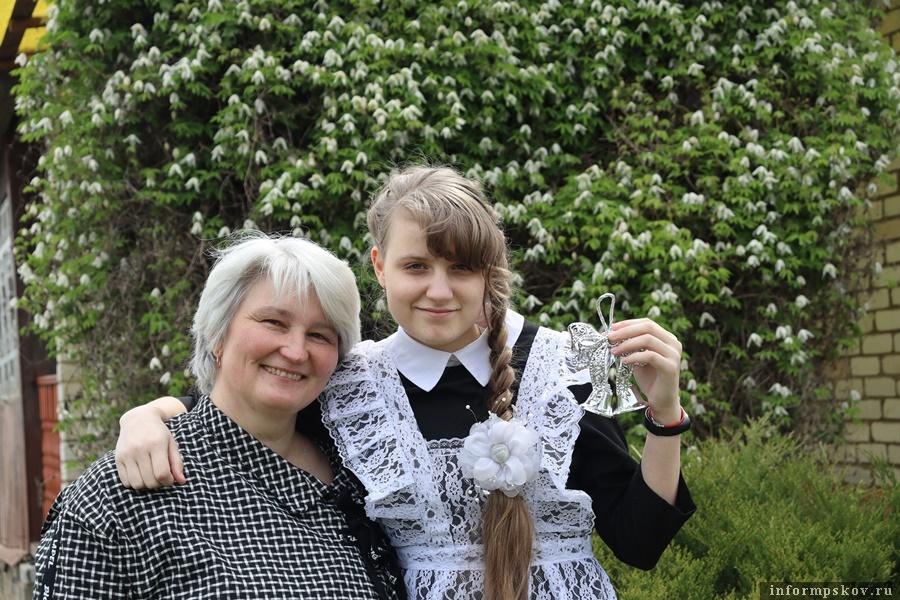 Выпускница Валерия Потапова с мамой. Фото: Людмила Харченко.