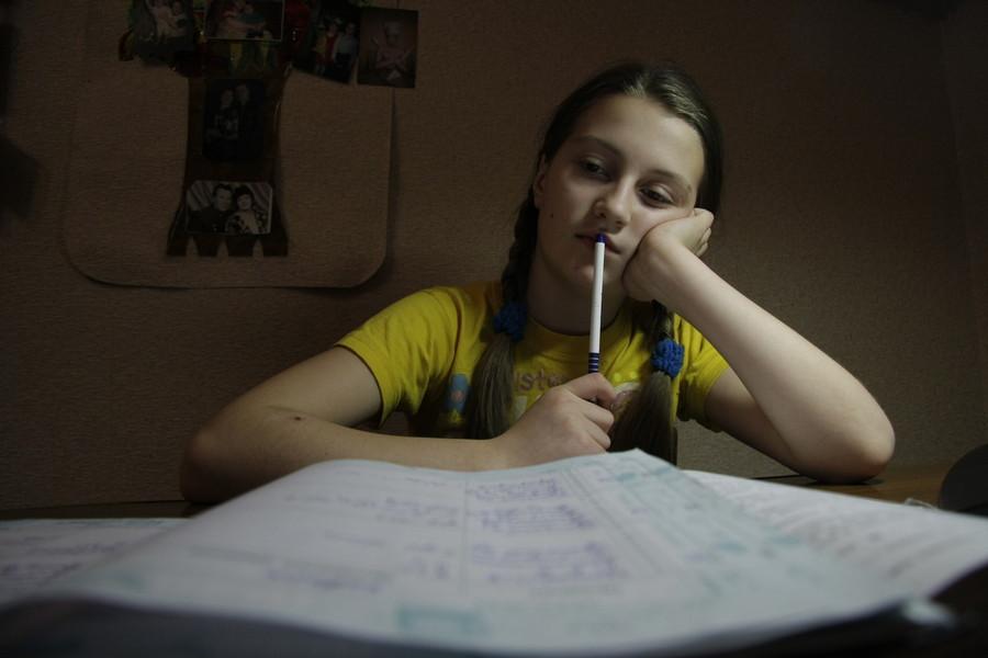 Детям из Детской деревни - SOS, которые сейчас находятся на дистанционном обучении, также нужна онлайн помощь волонтёров-репетиторов в обучении по алгебре, по физике и другим предметам с 6 по 9 класс. Фото: Андрей Степанов.