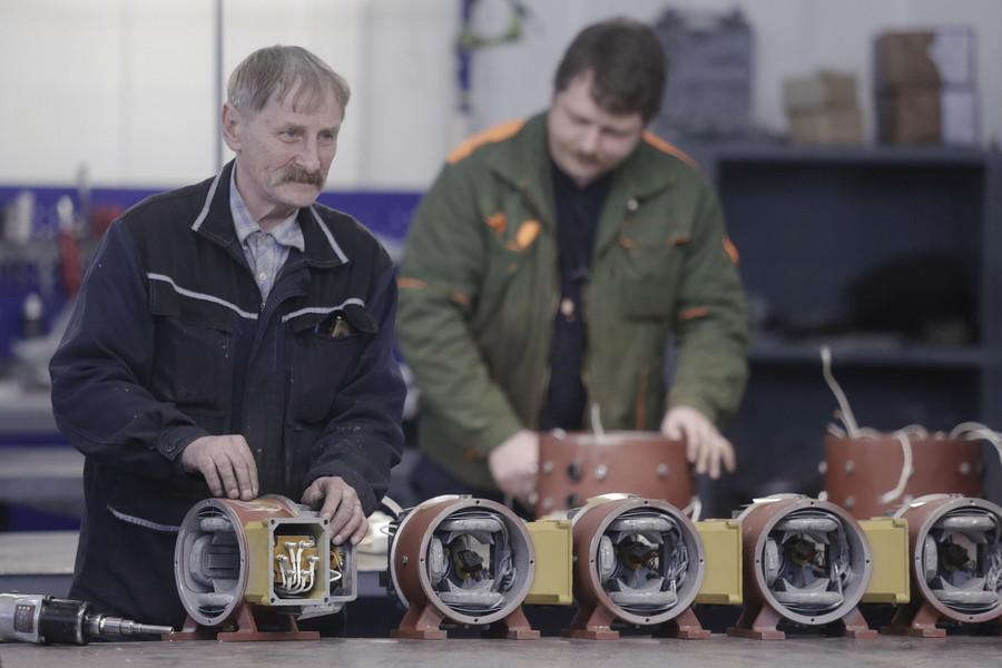 Сотрудники Псковского электромашиностроительного завода уже  9 апреля вышли на работу. Фото: Андрей Степанов.