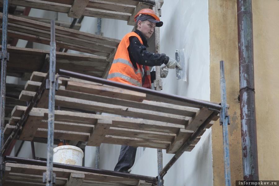 Во время пандемии рабочие ремонтируют кровли и ведут работы в подвалах. Фото: Андрей Степанов.