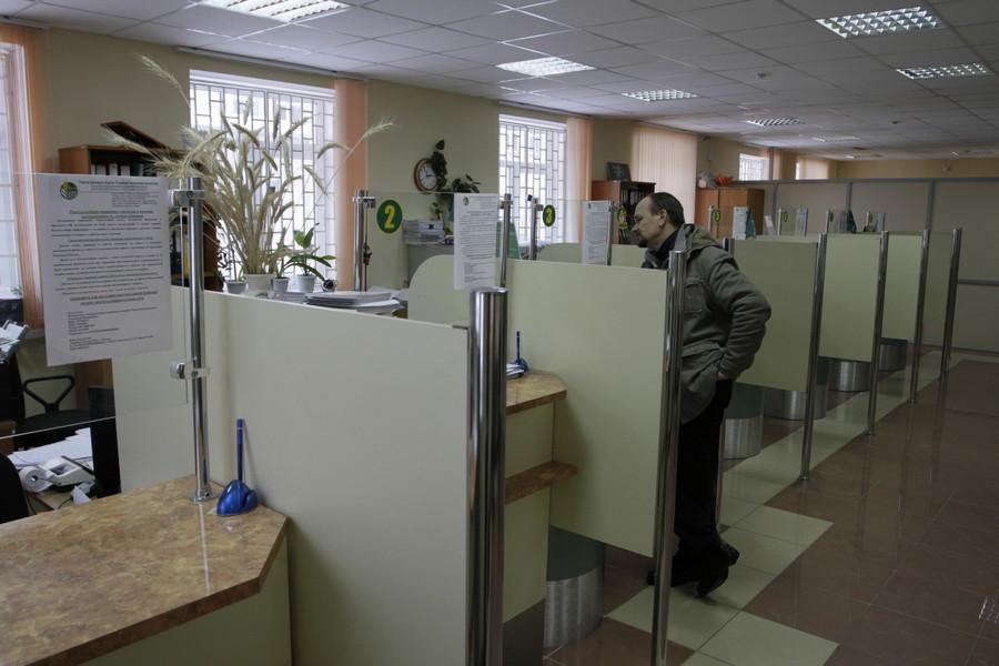 Иногда обычный поход в банк для подростка становится непреодолимым препятствием. Фото: Андрей Степанов.