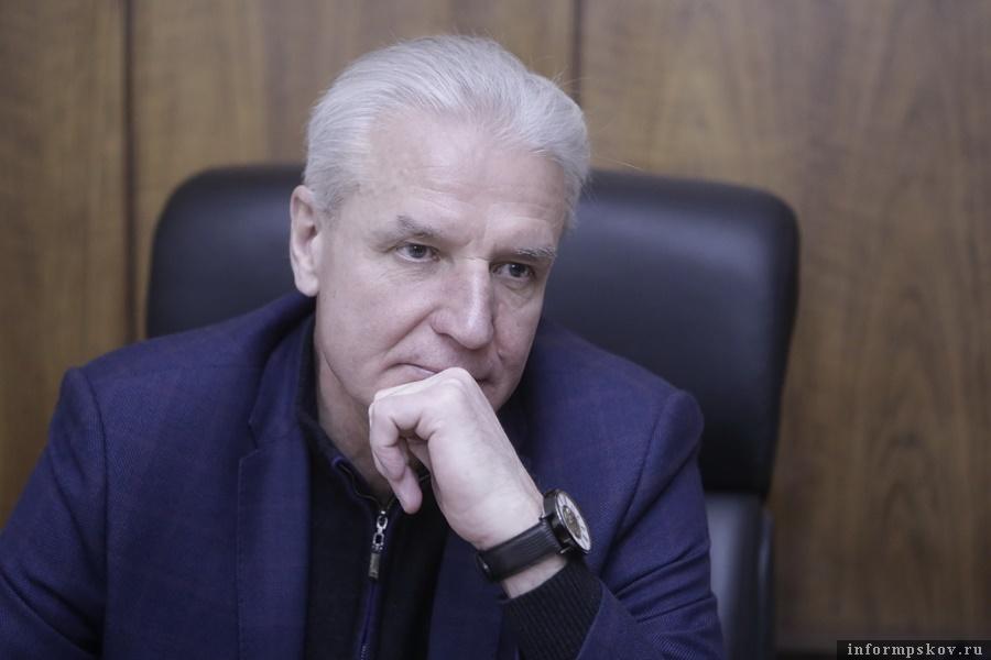 Александр Котов обратился к псковским выпускникам. Фото: Андрей Степанов.
