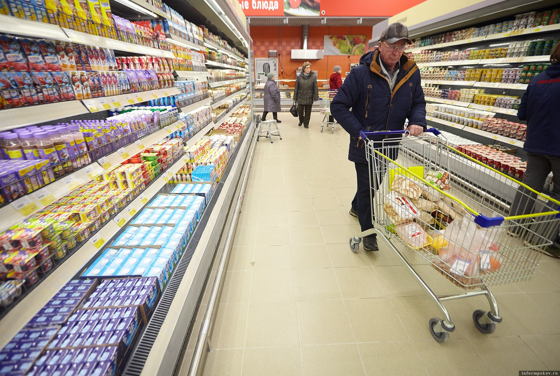 Из-за ложного сообщения о минировании магазинов целой сети торговой сети спецслужбам пришлось проверять все 443 магазина. Фото: Дарья Хваткова.