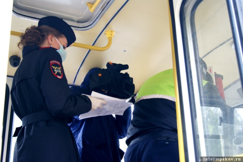 В областном центре сотрудники ГИБДД вместе с представителями межрегионального управления государственного автонадзора провели профилактический рейд по обеспечению безопасности перевозок. Фото: пресс-служба полиции региона.