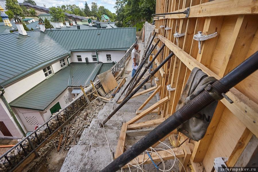 Подпорки, удерживающие залитый бетон