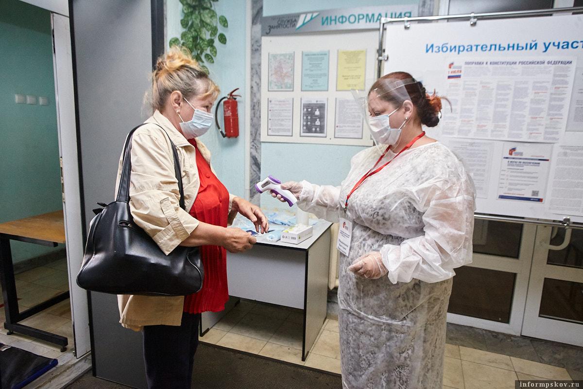 На участках для голосования измеряют температуру. Фото Дарьи Хватковой.