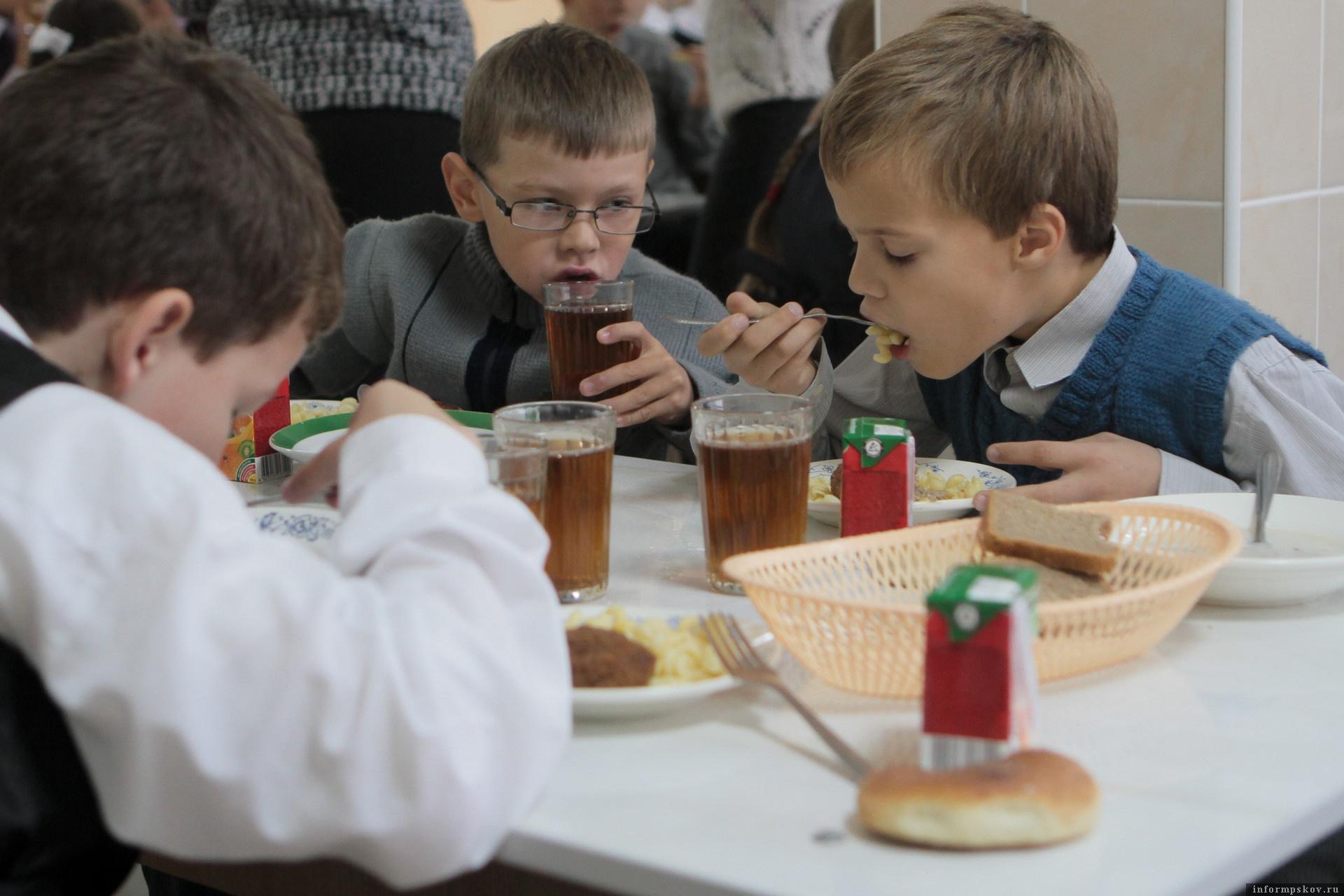 В Пскове  найдут новых поставщиков питания школьникам. Фото Андрея Степанова.