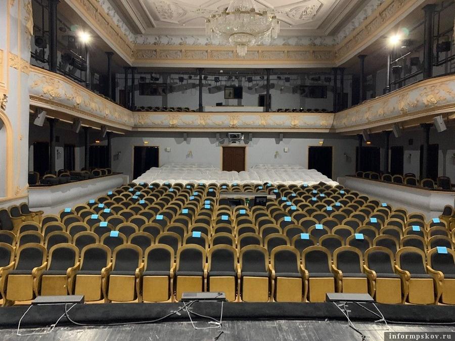 Большая сцена псковского театра в июле 2020 года. Фото: ПАИ.