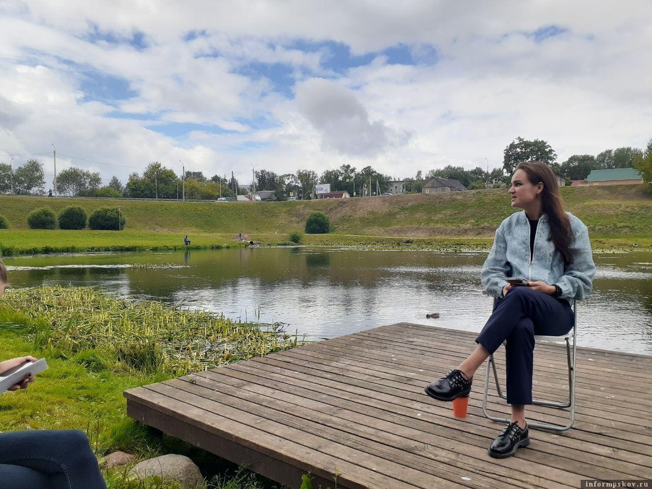 В этом месте в псковском дендропарке поставят плавучую сцену. Фото ПАИ.