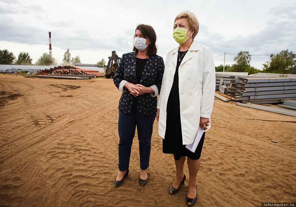 Вера Емельянова и Марина Гаращенко проверили, как строится больница. Фото Дарьи Хватковой.