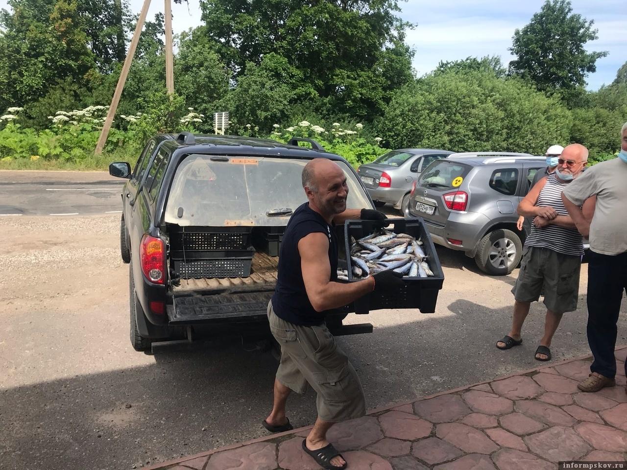 Владелец магазина доставляет свежую рыбу покупателю. Фото Игоря Макеева.
