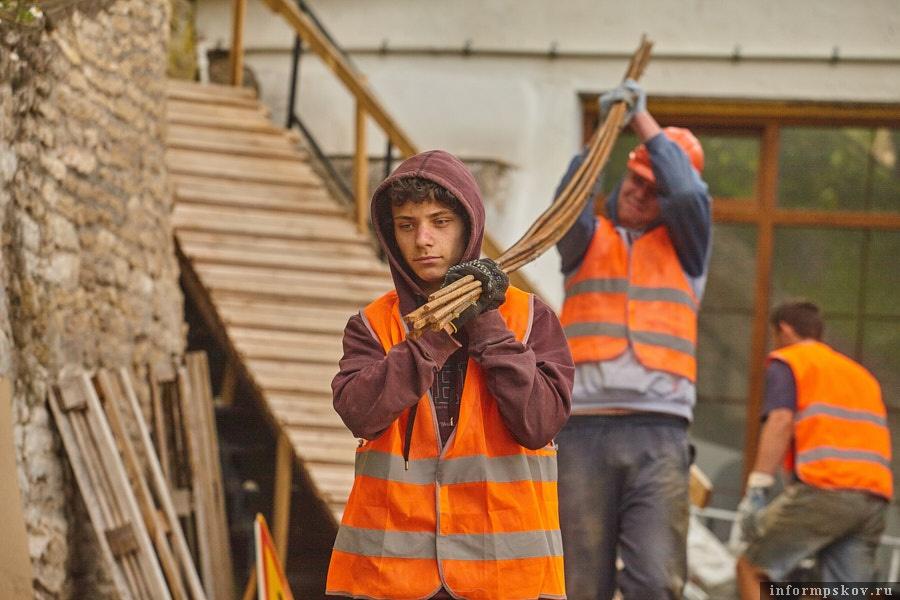 Рабочие, занятые укреплением склона