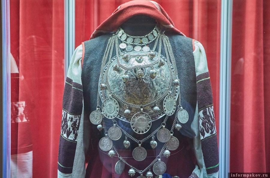 Считается, что с большой серебряной брошью девушке переходит родовая женская сила. Фото: Дарья Хваткова.