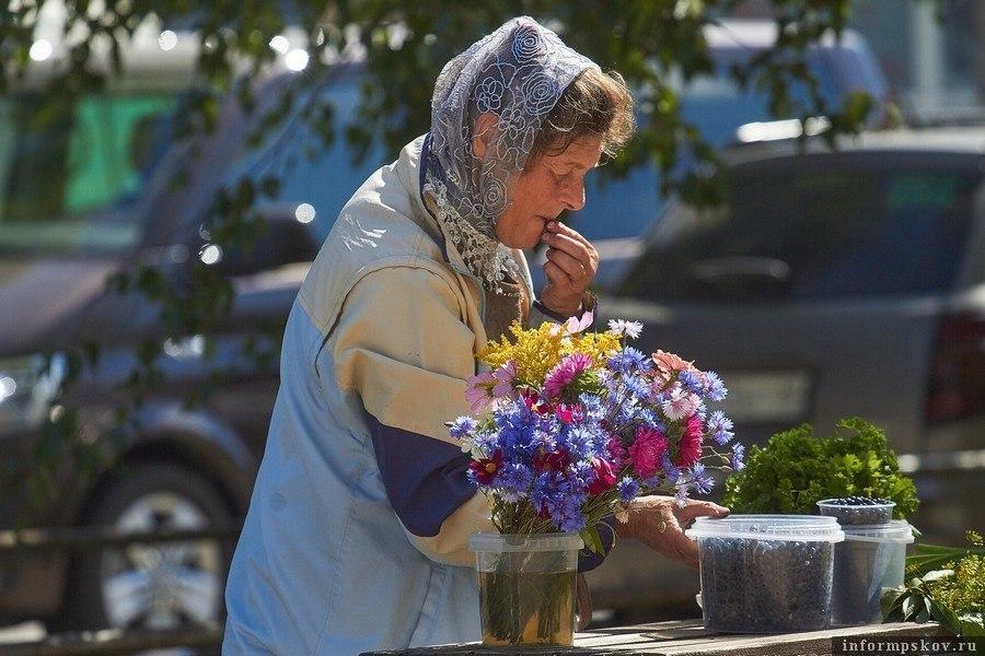 Пенсионеры продают ягоды на рынке. Фото Дарьи Хватковой.