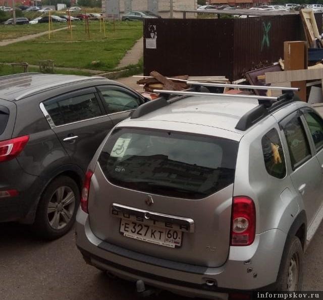 На фото: автомобили, преградившие проезд к контейнерной площадке на ул. Шестака, 10 в Пскове