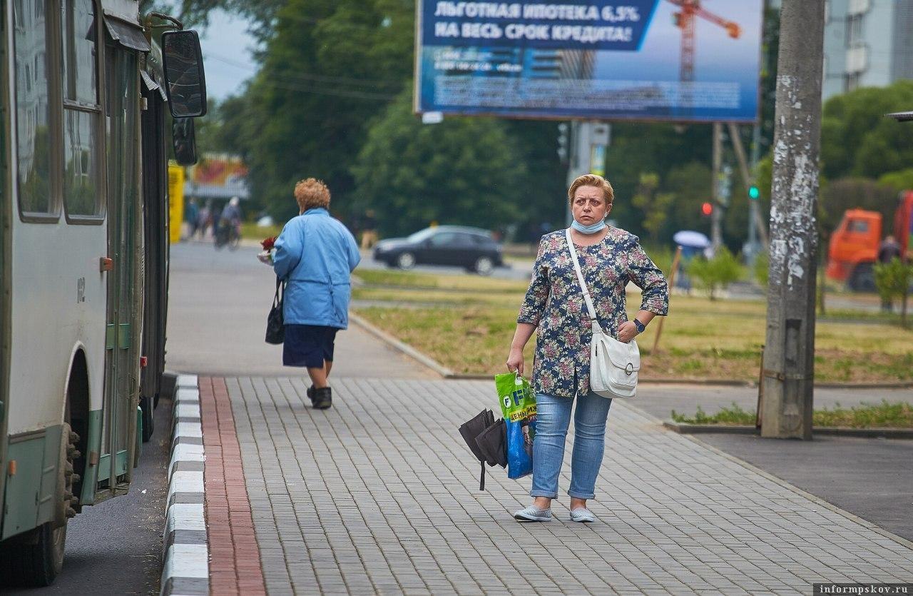 Наличие масок в транспорте и магазинах будут проверять еженедельно в Псковской области. Фото Дарьи Хватковой.