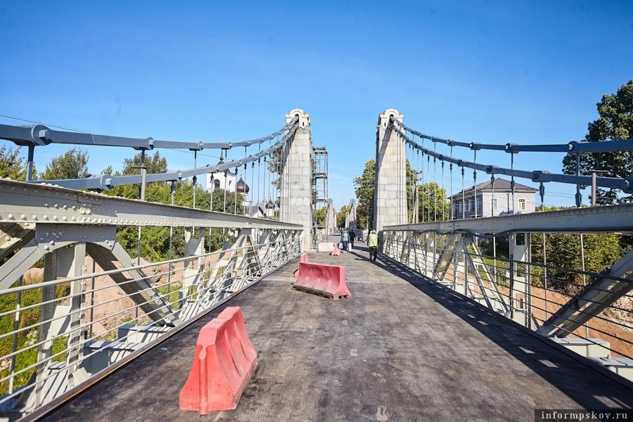 Справа - реконструированные звенья мостовой цепи, поднимающиеся к гранитным пилонам, слева - аутентичные