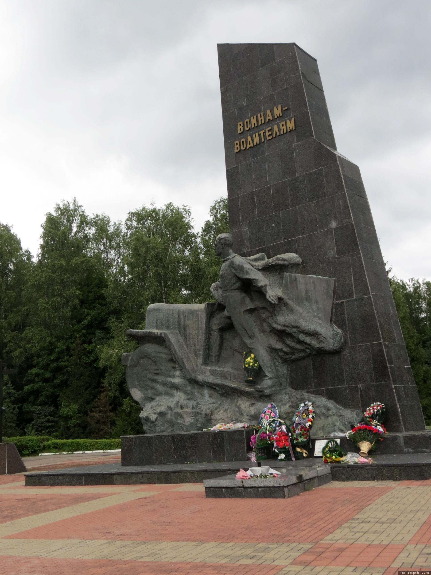 С другой стороны дороги - большой памятник воину-водителю, стоящему на подножке и управляющему одной рукой горящим автомобилем. Фото автора