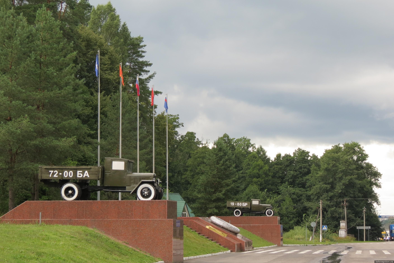 на высоких постаментах из красного мрамора установлены два легендарных автомобиля  ГАЗ-АА. Фото автора