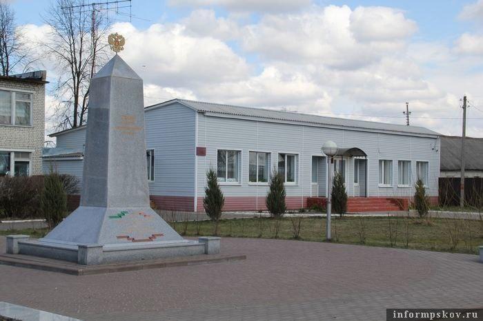 Памятная стела, посвященная героям интернационального подполья в брянском посёлке Сеща