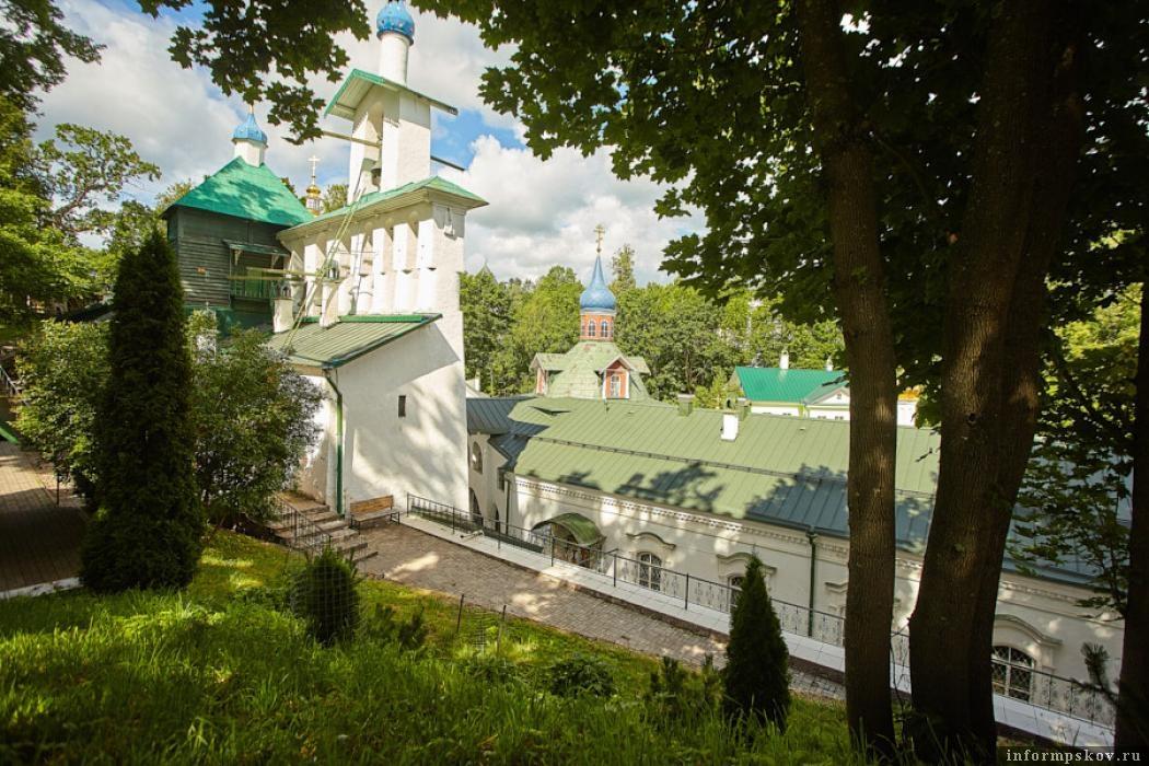 Выполаживанием этого склона в Псково-Печерском монастыре сейчас занимаются специалисты. Фото Дарьи Хватковой