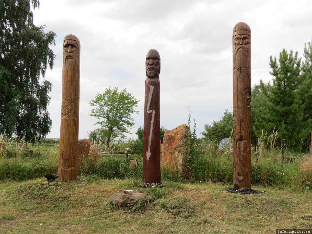 Фото из архива автора. В центре – три чура, три дубовых столба с ликами языческих богов.