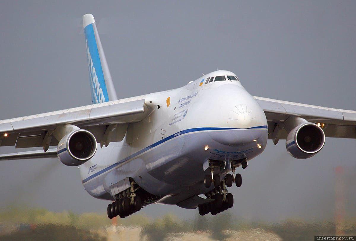 Самый большой военно-транспортный самолет ВВС России – Ан-124 «Руслан». Грузоподъемность – 120 тонн, максимальная скорость – 880 км/час, дальность -  7500 км, «потолок» - 11600 м, вмещается 880 военнослужащих с полным снаряжением