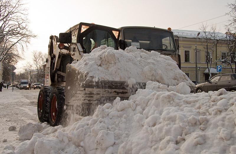 На фото: уборка снега в Пскове
