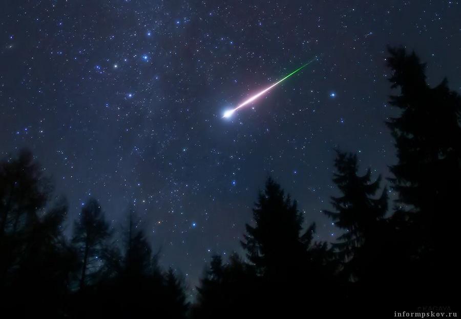 Яркий метеор из поток Леонидов. Фото: KAGAYA
