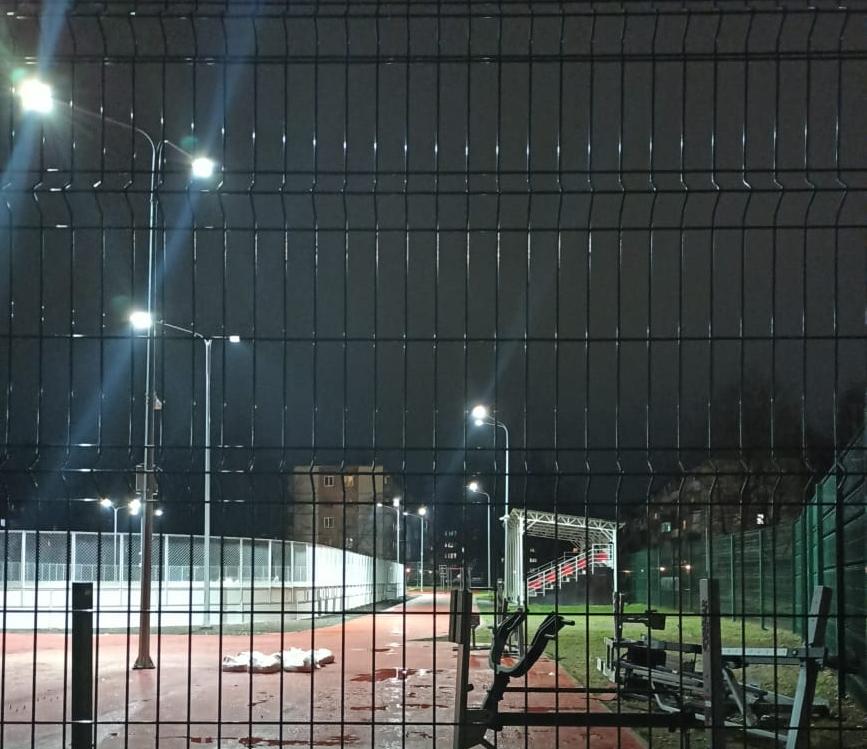 У нового спортивного стадиона лицея «Развитие» в Пскове подключили освещение