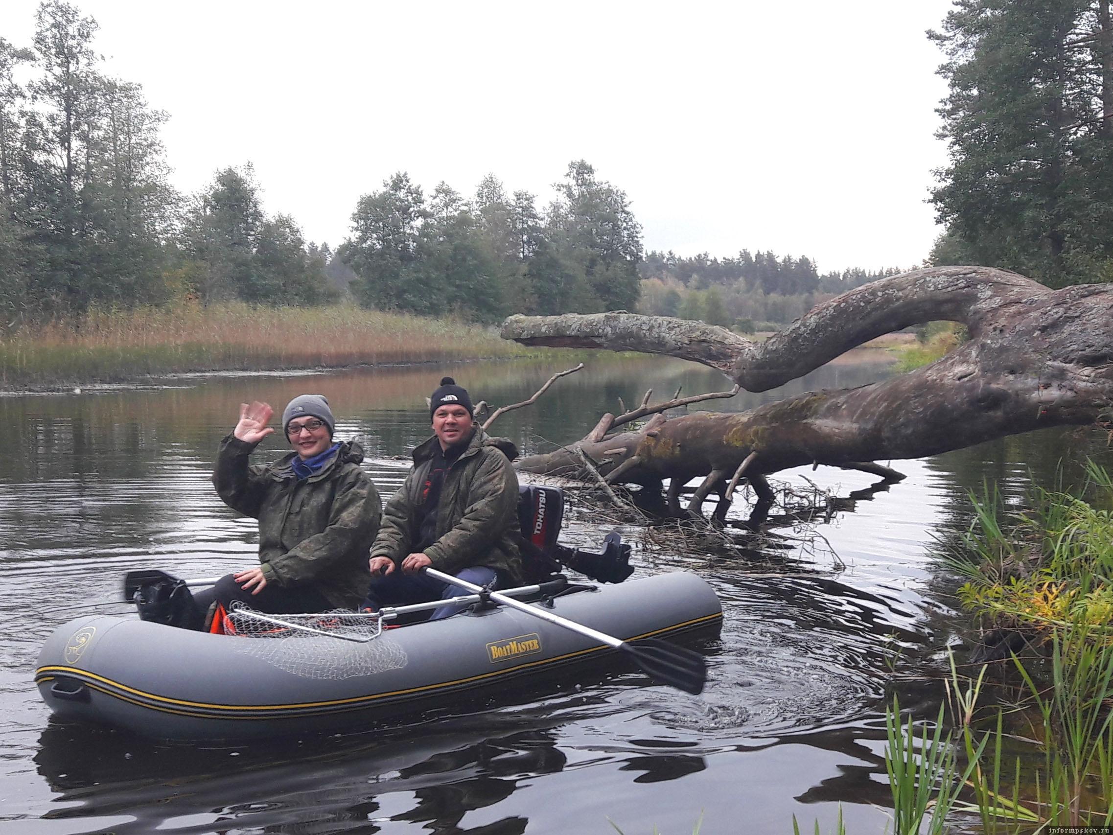Сваленная в реку сосна привлекает и туристов и рыболовов. Ну, и как здесь не сфотографироваться на память? Фото из архива автора.