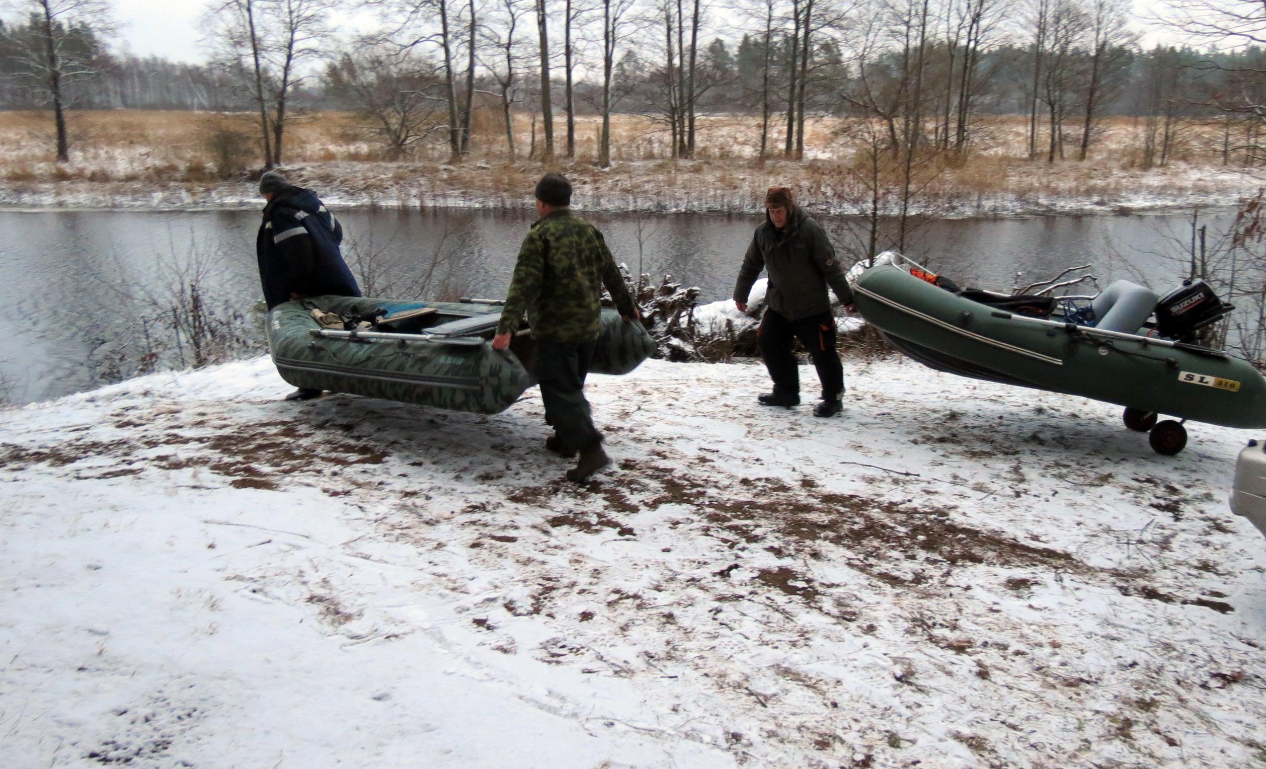 Декабрь, вроде бы и зима, а мы на лодках со спиннингами в руках. Фото из архива автора.