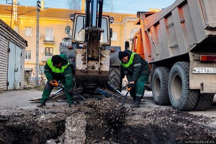 Коммунальщики обещают провести работы быстро и качественно. Фото «Псковские тепловые сети»