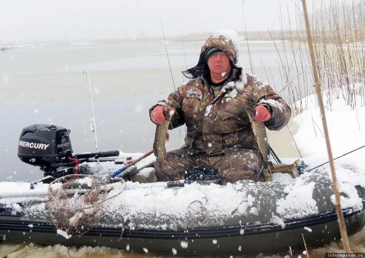 Не первый год мы на Желче рыбачим зимой на лодках. В 2016 году в феврале даже сильнейший снегопад не стал помехой щучьему клёву. Фото из архива автора.