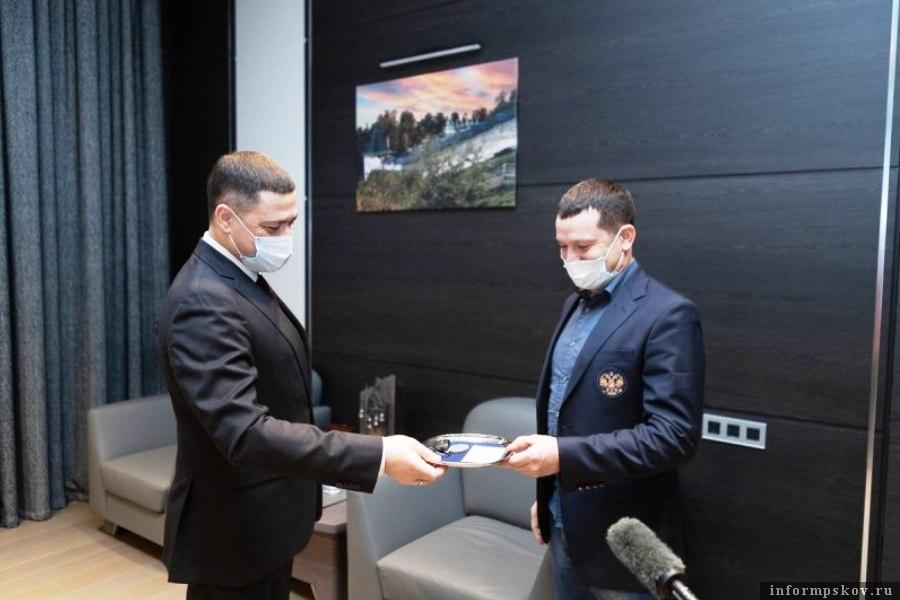 Заслуженному тренеру России Александру Филиппову губернатор Псковской области вручил ключи от внедорожника