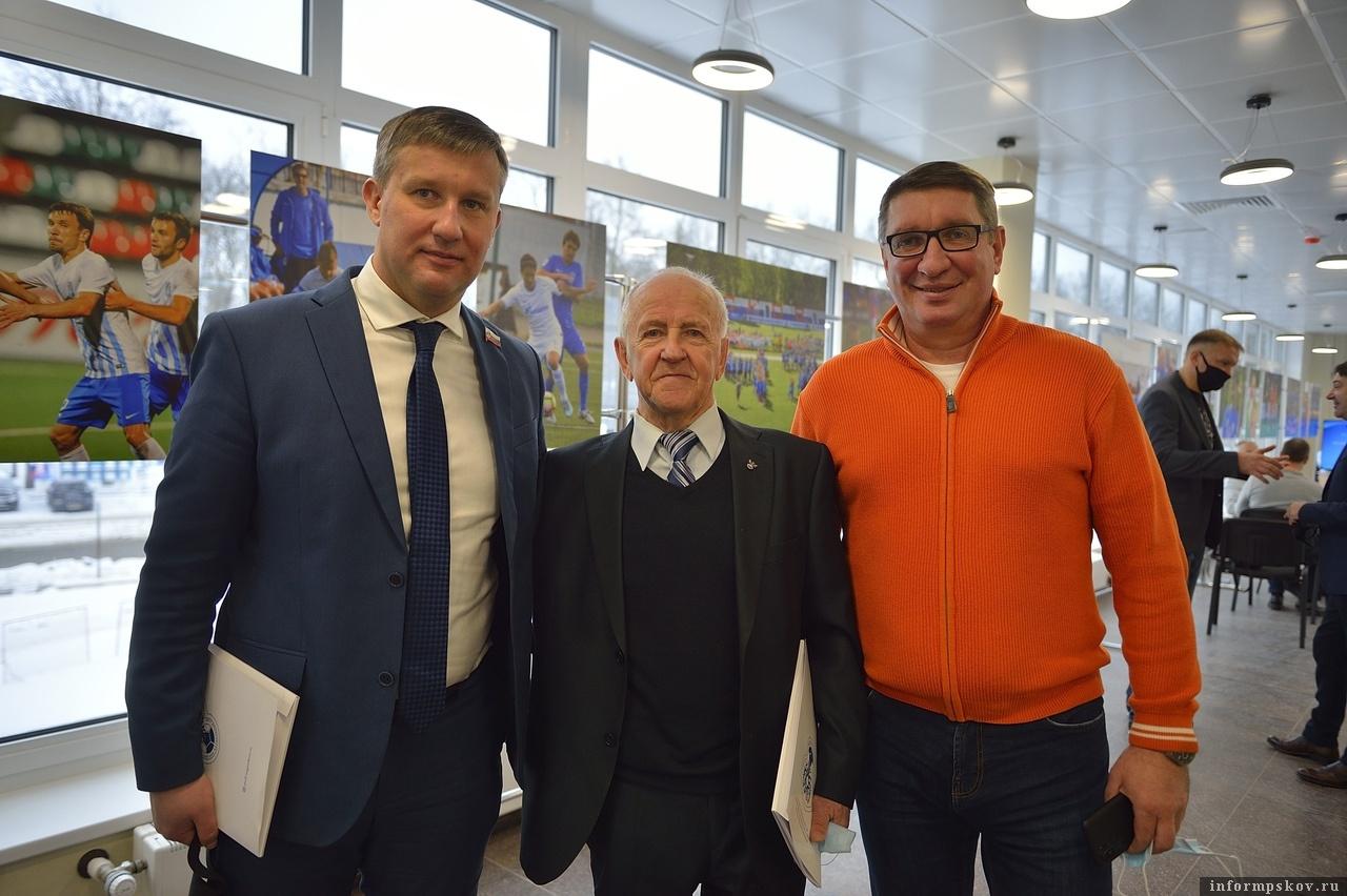 Представители великолукского футбола - Андрей Корнев (слева) и Сергеей Поварещенков (справа) с Михаилом Шуевым. Фото Андрея Лупанова