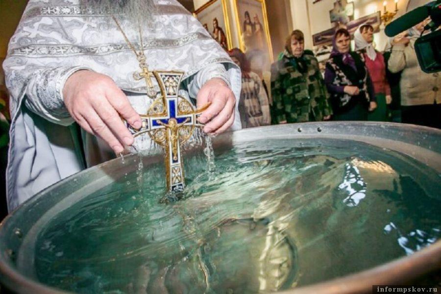 Газета «Псковская провинция» поделилась с читателями правилами забора и хранения святой Крещенской воды. Фото cheltv.ru