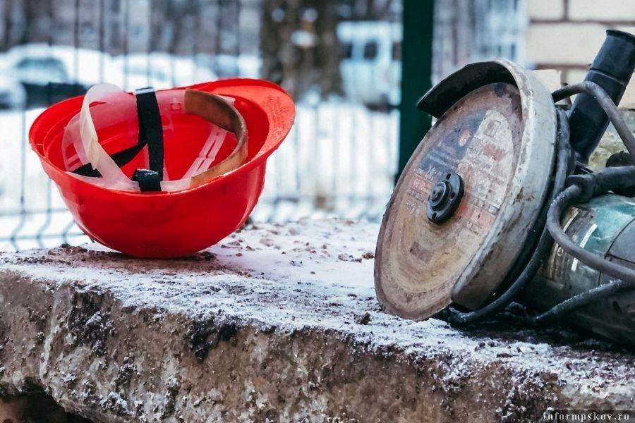 Дабы избежать прорывов в морозы, трубы меняют уже сейчас. Заранее. Фото Inetagram