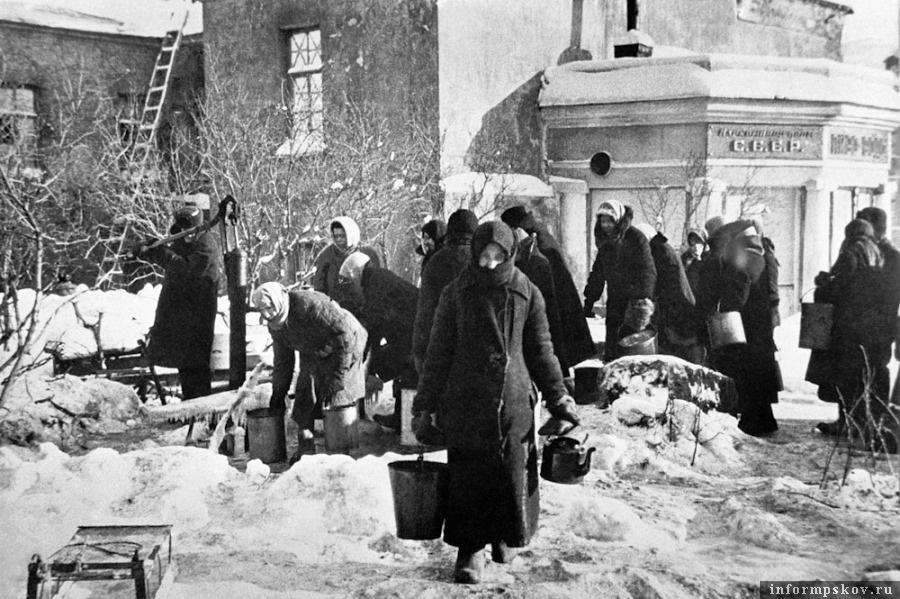У водоразборной колонки, установленной на углу улицы Дзержинского и Загородного проспекта. Декабрь 1941 года  Фото ИТАР-ТАСС