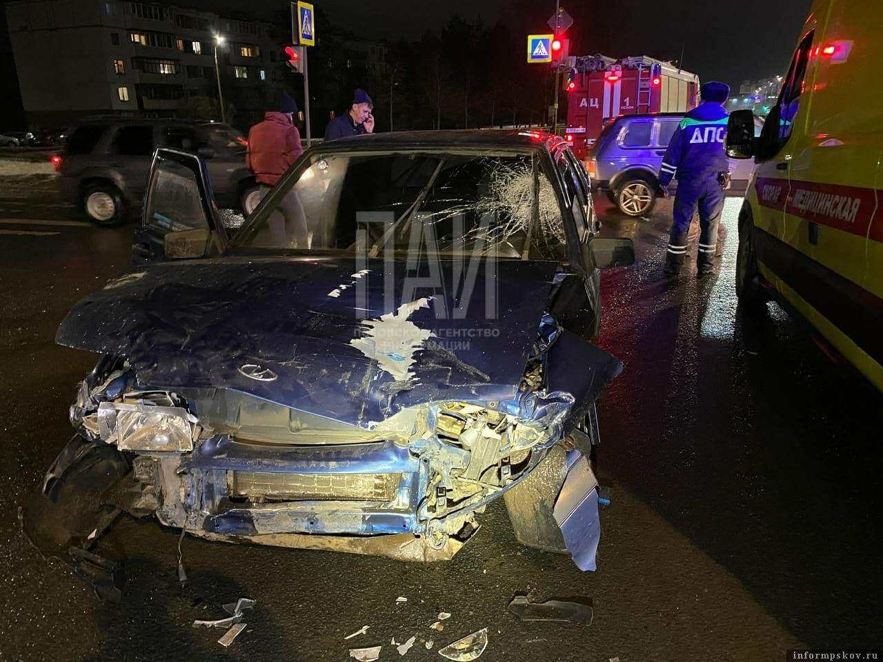 У водителя автомобиля ВАЗ-2115 рваная рана нижней конечности. Фото ПАИ