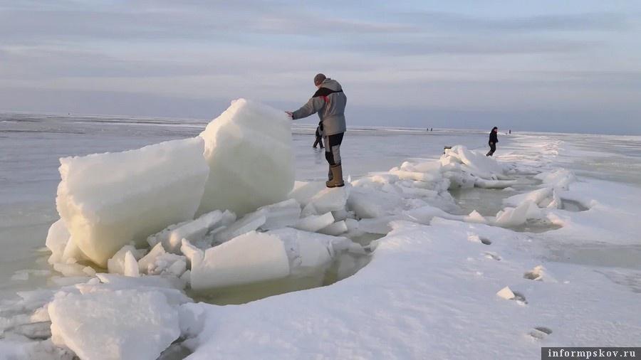 Ледовая обстановка на Чудском озере – много воды на льду, встречаются торосы и живые трещины. Фото автора.