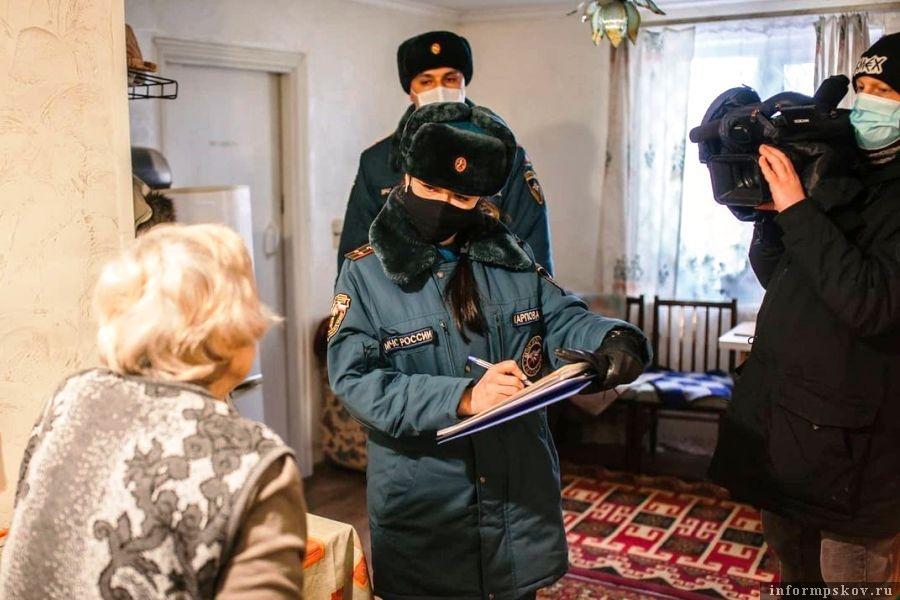 Жителям деревень объясняют правила пожарной безопасности. Фото  МЧС Псковской области