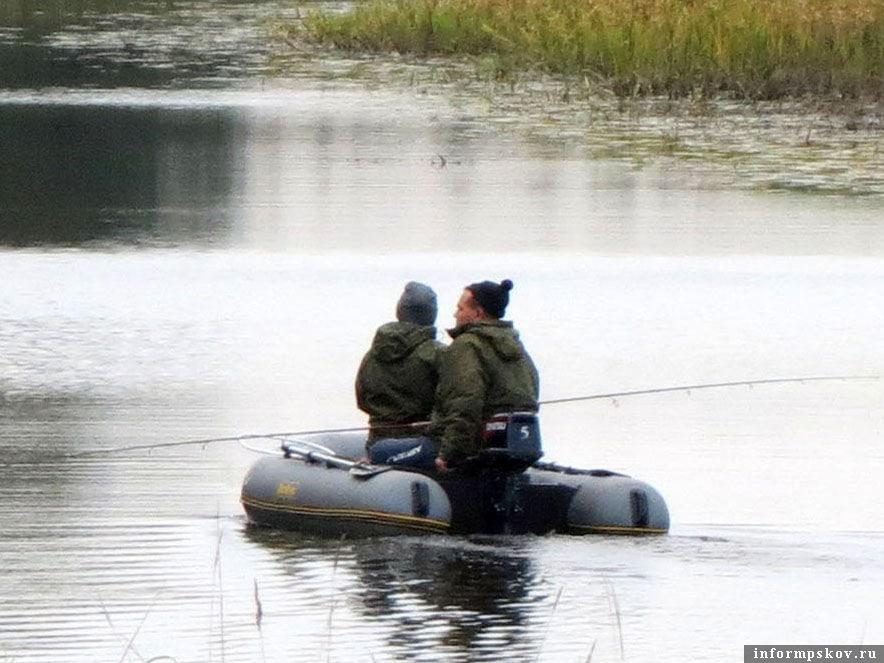 Рыбалка способом троллинг (на дорожку) давно урегулирована Правилами рыболовства - ловить разрешено не более чем двумя спиннингами, не более, чем на двумя приманками в одной лодке.