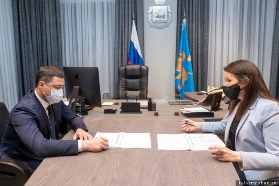 Ирина Федорова рассказала губернатору о новых форматах работы СМИ. Фото администрации Псковской области