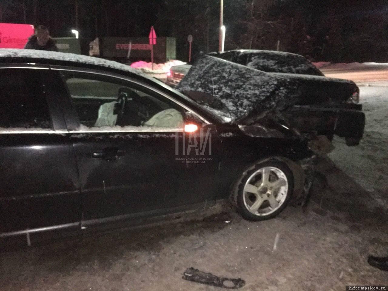 Автомобили от удара последней машины впечатаплись по цепочке друг в друга. Фото ПАИ