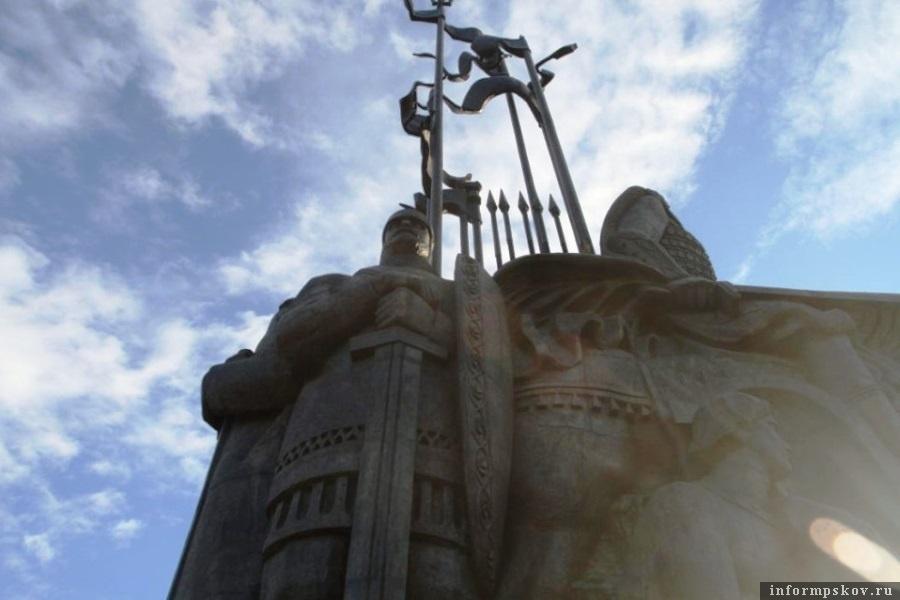 Флагштоки памятника обезопасят. Фото ПАИ