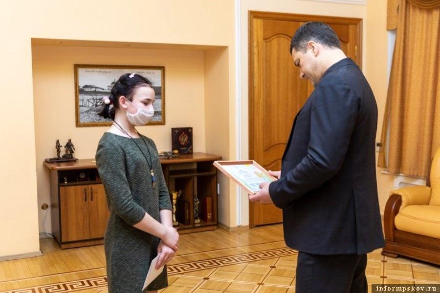 Губернатор вручил пять билетов на концерт Егора Крида. Фото администрации Псковской области
