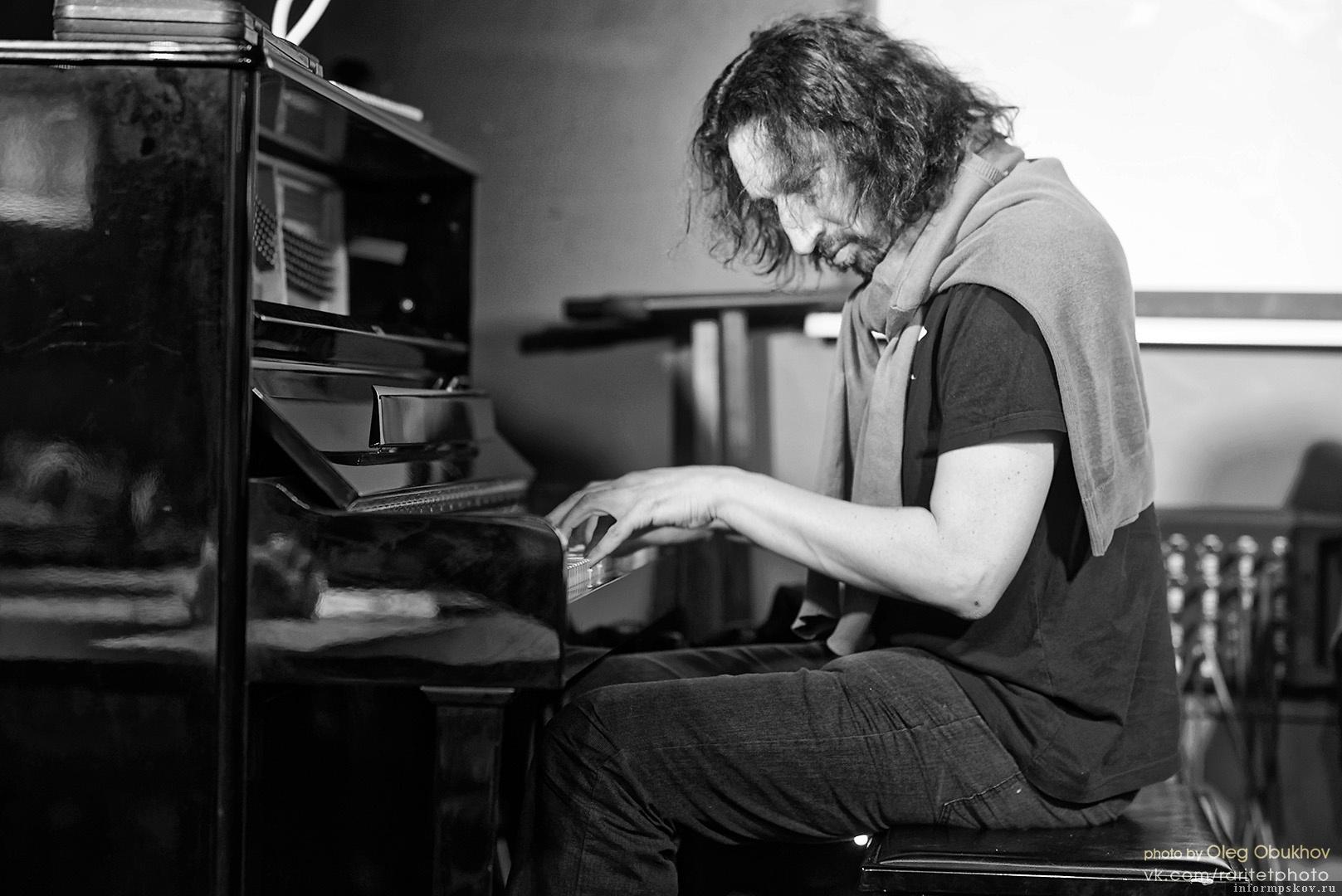 О джазе, перформансах и спектакле «Дни Победы» – в интервью с Романом Столяром