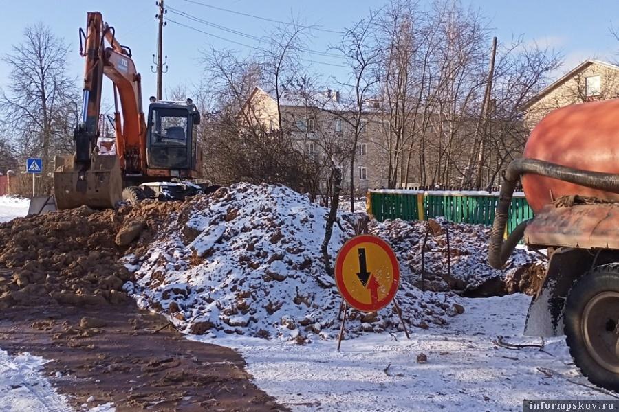 Ликвидировать аварию в промёрзшем грунте - совсем непростое дело. Фото газеты «Восход»